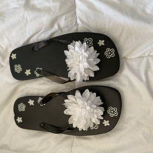 NWOT Black + White Flowery Flip Flops - Size 9.5